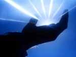 mano con luce[1]